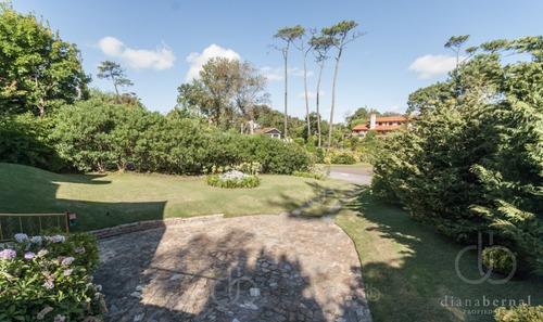 Casa En Pinares, Punta Del Este, La Mejor Ubicación,  3 Dormitorios .- Ref: 53734