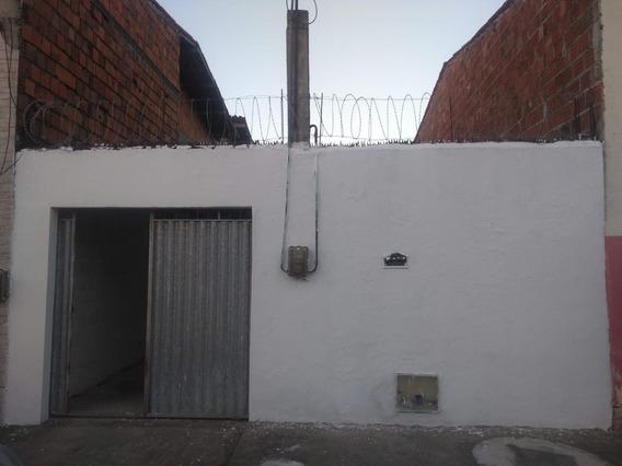 Casa Com Quintal, Corredor Lateral Direito De Um 1,5 M