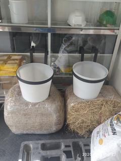 Comederos Para Caballos Color Negro, Azules Y Blancos