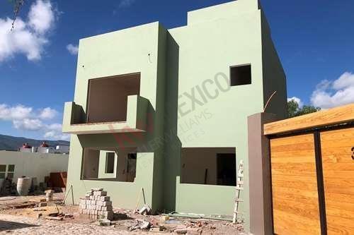 Villa Sonatta ,excelentemente Ubicada Dentro Del Fraccionamiento El Capricho En Un Cluster Con Solo 6 Casas . La Propiedad Guarda Un Perfecto Equilibrio En La Distribución De Los Espacios Y Excele