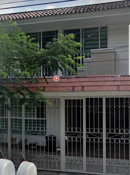 Casa Con Excelentes Acabados Y Distribución Interior