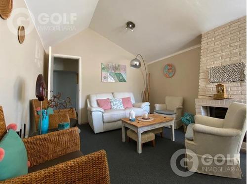 Vendo Casa De 3 Dormitorios Con Barbacoa, Fondo Y Piscina, Jardín, Cocheras, Carrasco Norte