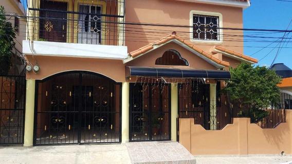Casa En Primer Nivel, En Las Caobas.
