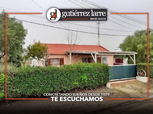 Casa 2 Dorm, Amplio Terreno, Cochera Y Parrillero Techado