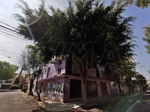 Casa En Esquina Con 430 M2 De Construcción.
