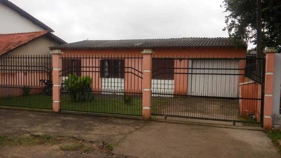 Casa Com Três Dormitórios,com Aréa De Lazer E Churrasqueira.
