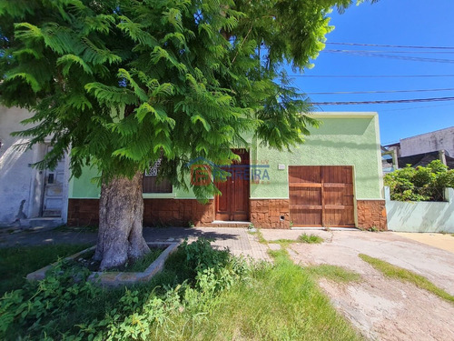 Vende Casa 3 Dormitorios, Patio Con Parrillero Y Garaje