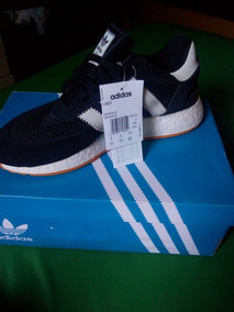 Tênis adidas Originals.