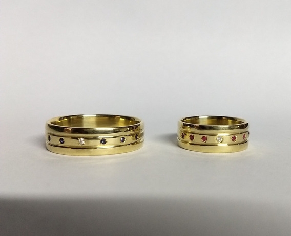 Par De Alianças Em Ouro 18k Com Safiras ,rubis E Diamantes