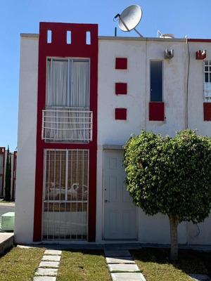 Casa De 2 Recamaras Con 1 Y 1/2 Baños En Esquina