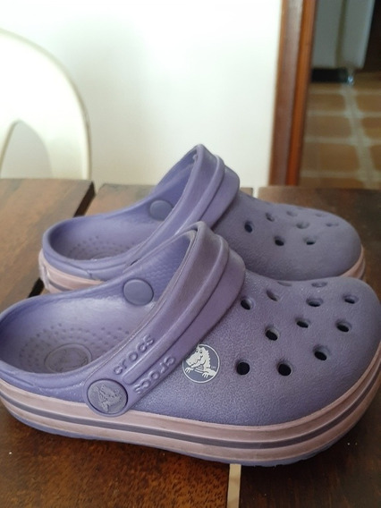 Sandalias Crocs. Color Morado.