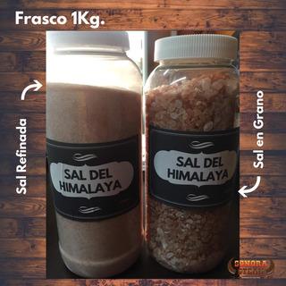 Frasco Con Sal Del Himalaya En Grano O Molido. Tabla De Sal