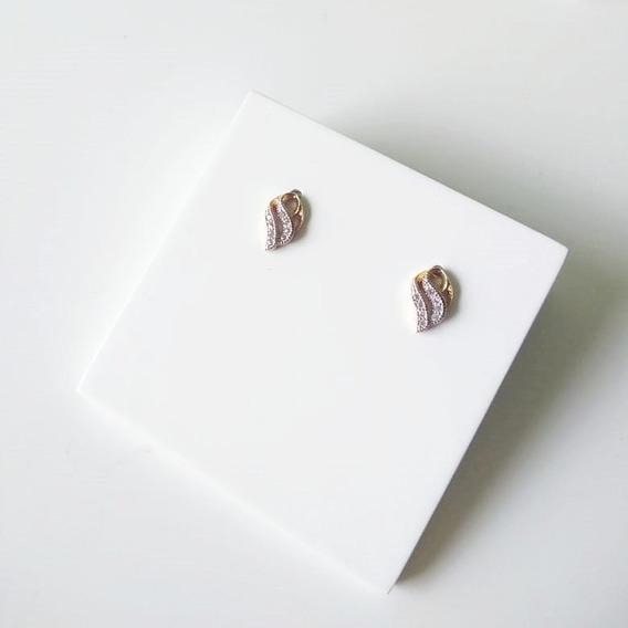 Brinco Pequeno Delicado Com Zircônias E Detalhes Em Ródio Ba