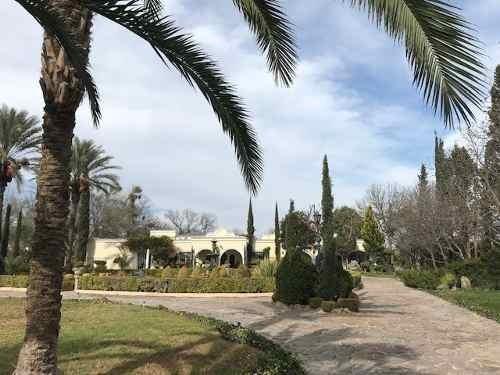 Exclusiva Y Espaciosa Residencia Con Extensas Áreas Verdes.