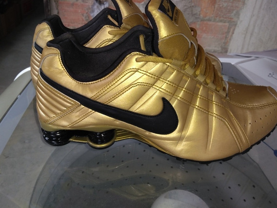 Tênis Nike Shox Junior Dourado.