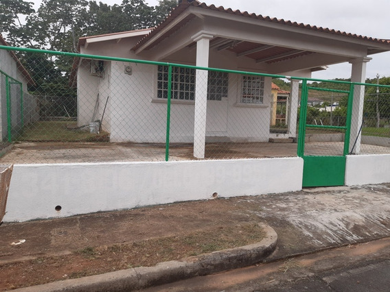 Práctica Casa Con 3r Y 2b. Amplio Patio.