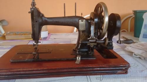 Maquina De Mão1847 Costurou A 1º Roupa De Santos Dumont 1873