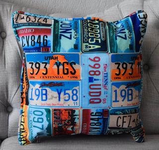Cojín Decorativo, Diseño En Placas De Colores. Suave Al Tact