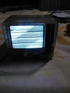 Televisor Mini . Blanco Y Negro .