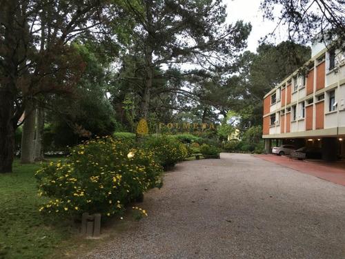 Apartamento En Barrio Cantegril Cerca De Colegios Y Universidad. Consulte !!!!- Ref: 3122
