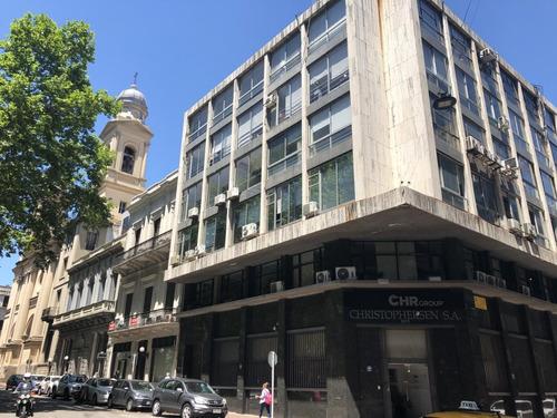 Oficina En Plaza Matriz En Edificio En Pleno Casco Histórico.