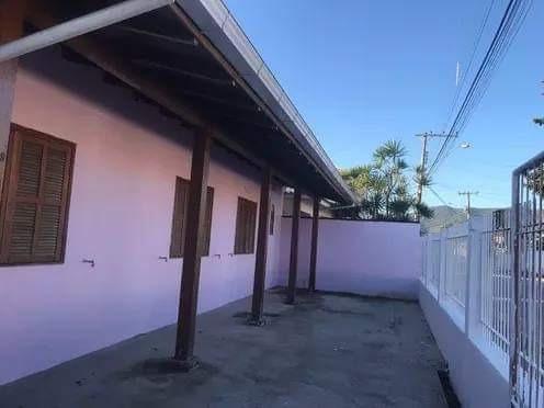 Aluga-se Casa Charmosa No Bairro Carianos - Florianópolis