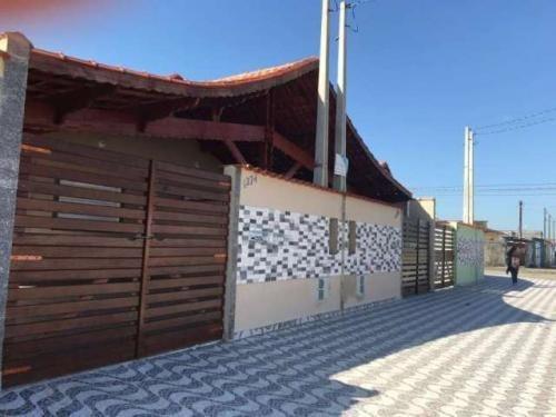Casa Em Mongaguá Para Financiar - Quintal E Rua Pavimentada