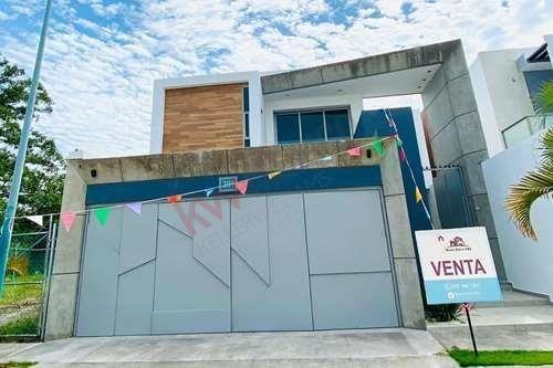 Casa En Venta Colima, Mexico. Zona Norte, De Alta Plusvalia, Con Acabados De Lujo! Increible Oportunidad Amplios Espacios