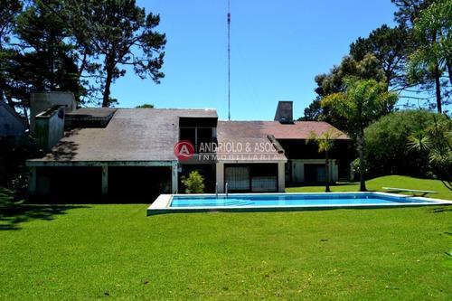 Casa De 5 Dormitorios Y Piscina En Zona De Cantegril- Ref: 4334