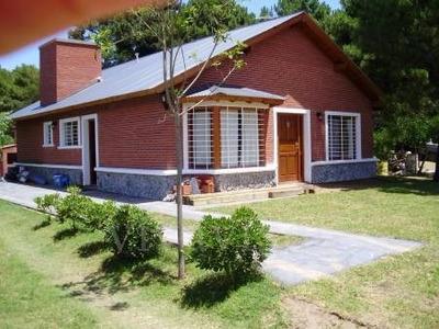 Chalet Con Jardín Y Parrilla.
