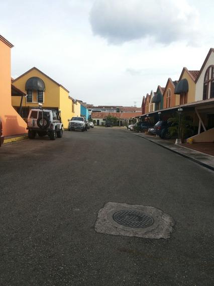 Se Alquila Casa En La Castellana, Urb. Buenaventura.