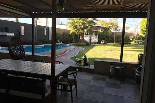 Residencia En Venta En Av. La Rica Juriquilla Con Alberca Excelente Ubicación !!!!!!