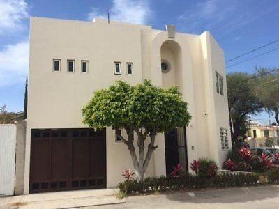 Casa En Esquina La Alameda