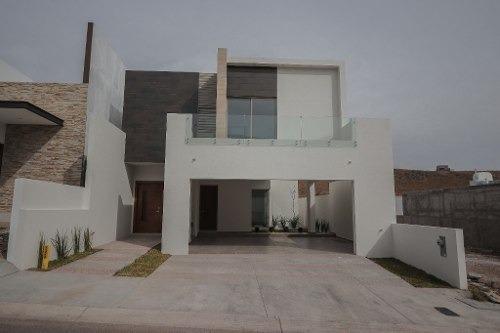 Hermosa Casa Con Acabados De Primera, Estancia, Muy Buen Patio, Equipada.