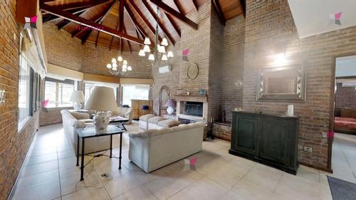 Casa En Playa Mansa Con Piscina- Ref: 9819