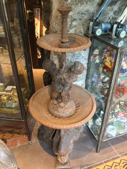 Antigua Fuente De Agua Con Querubines En Fundición Hierro
