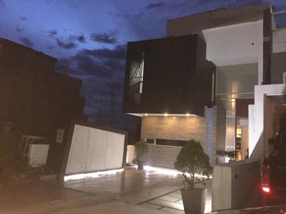 Se Vende Hermosa Casa En Exclusiva Urb. Colinas De Pirineos