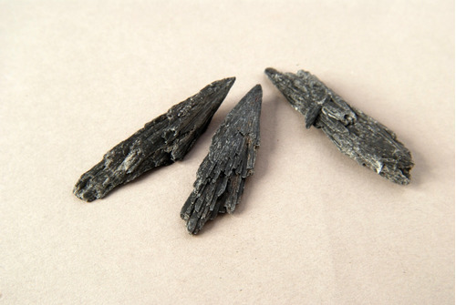 Piedra Mineral Cianita Negra Chica