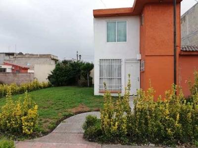 Casa En Venta Dentro De Fraccionamiento Muy Cerca De Metepec