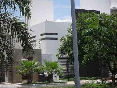 Venta De Residencia En Cancún Con Alberca, Jacuzzi, 2 Jardines, Estudio