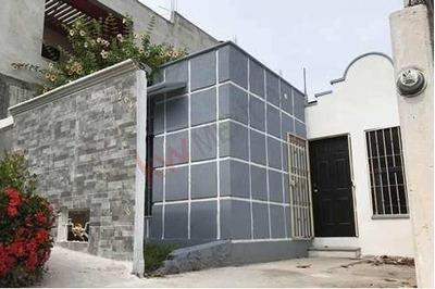 Casa En Venta De Una Sola Planta, Cerca De Plaza Cristal