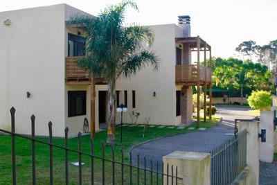 Super Moderna Casa En Barrio Cantegril. ¡espectacular!