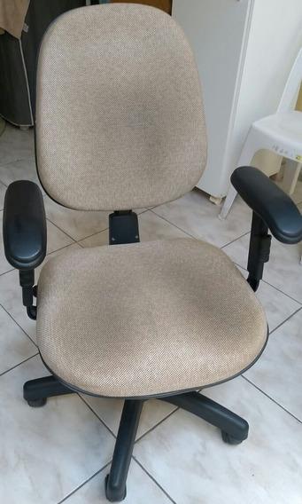 Cadeira Bege Com Regulagem Total.
