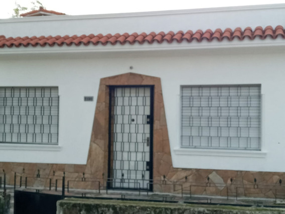 Amplia Casa De 2 Dormitorios.