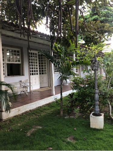 Vendo Terreno 900 M², De Esquina, Com Casa Com 400 M²,  Com 5/4, 2 Suítes, No Miolo Do Costa Azul, Oportunidade Para Construir E/ou Morar. - V1019 - 69409076