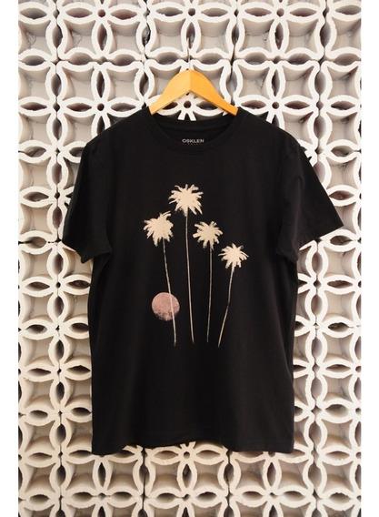 Camiseta Preta Com Lua E Fogos