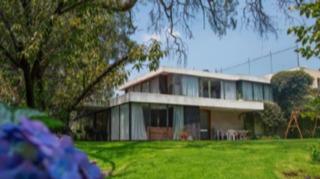 Imagen 1 de 14 de Casa En Un Solo Nivel Rodeada De Jardín Para Re Modelar