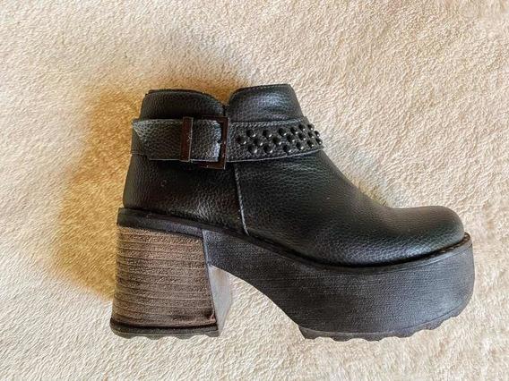 Botas Negras Con Tacones Y Cierres / Talle 36
