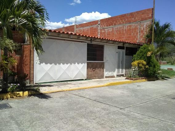 Se Vende Comoda Casa En La Urb Castillejo