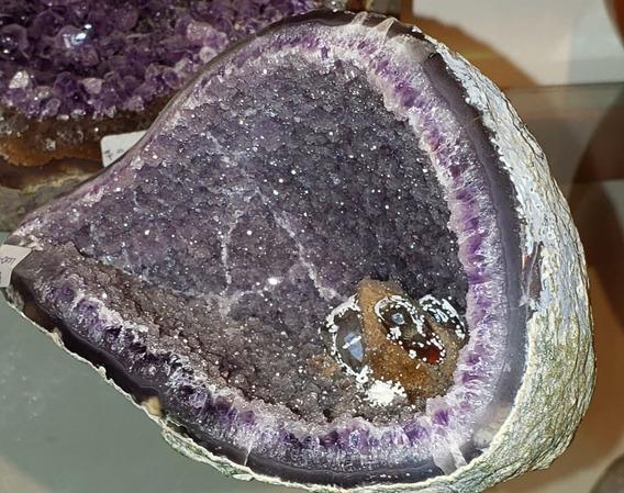 Geoda Amatista Con Espécimen En Su Interior